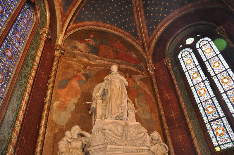 Au fond du choeur, vue significative qui prend la mesure de l'hommage à la famille Bonaparte et en particulier à Louis de Hollande, frère de l'empereur Napoléon 1er et père de Napoléon III